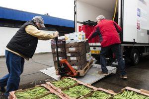 Voedselbanken willen doorgaan: uitladen van groenten