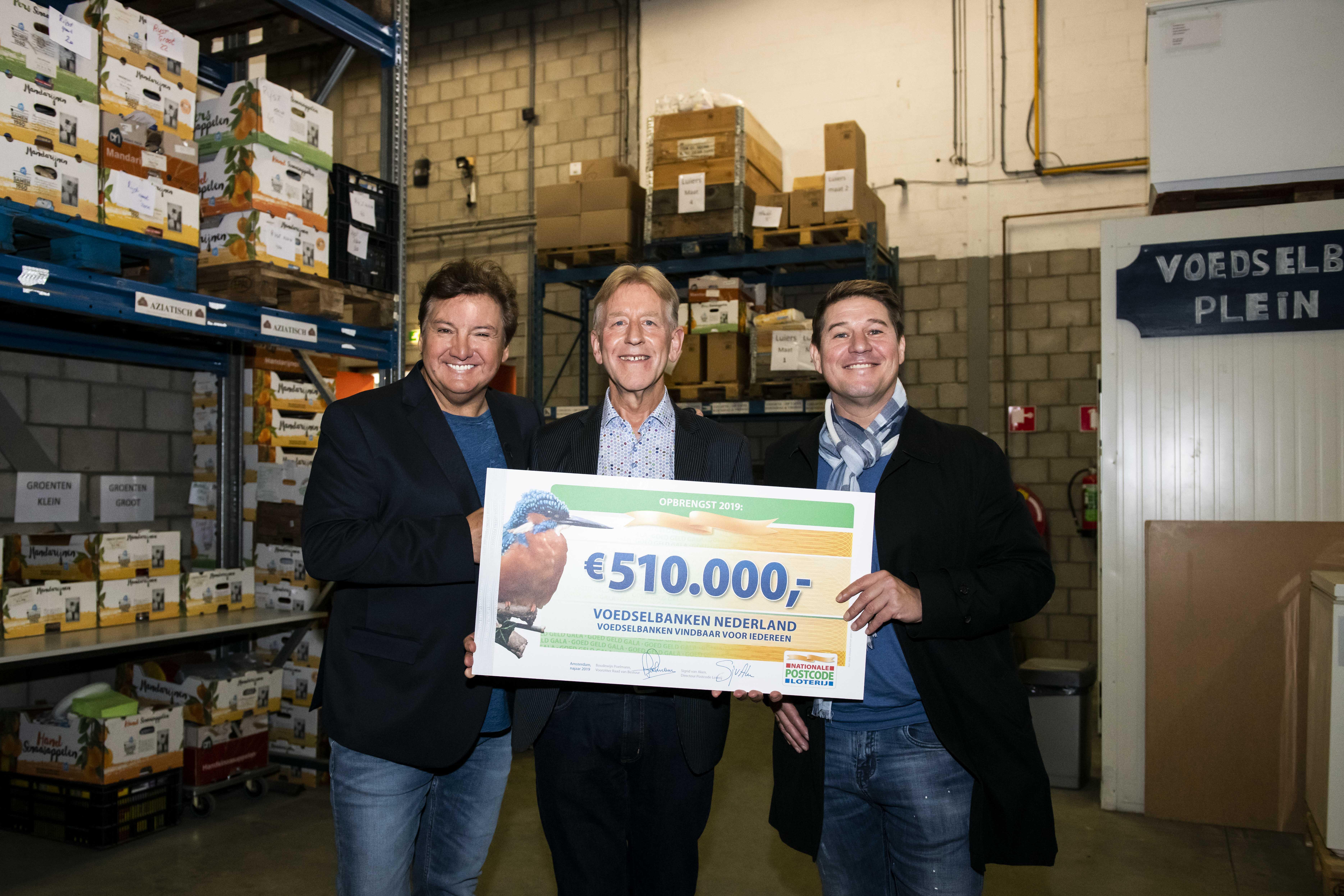 Rene Froger, leo Wijnbelt en Martij Krabbe met donaatie voor laaggeletterden voedselbanken van postcode loterij