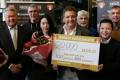 Rene Froger ontvangt 20 duizende kilo rijst voor de voedselbanken